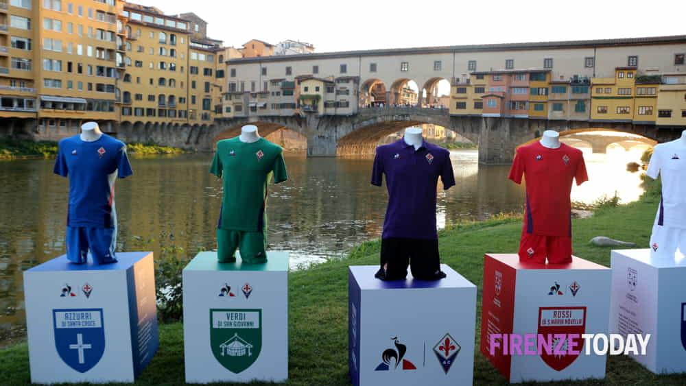 Calcio: la Fiorentina presenta le nuove maglie, tornano i ...