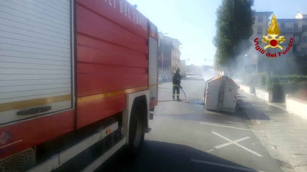 Firenze incendiati tre cassonetti della spazzatura foto - Ansa bagno a ripoli ...
